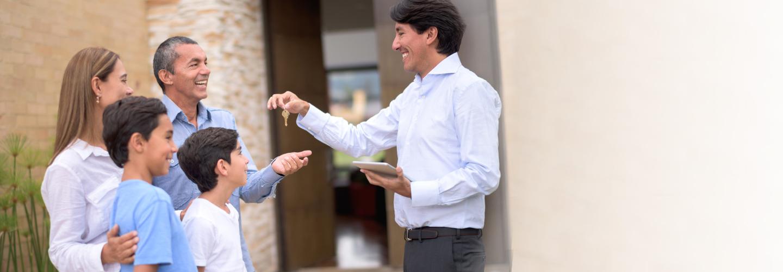 Una familia recibiendo las llaves de su casa